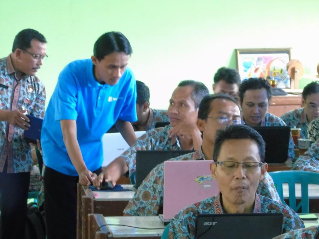 Pelatihan Pemanfaatan TIK untuk Pembelajaran Bagi Guru SMAN 1 Girimarto
